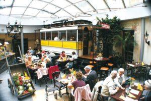 der Postplatz mit unserer Helene... Dresdens ältester erhaltener Triebwagen von 1898